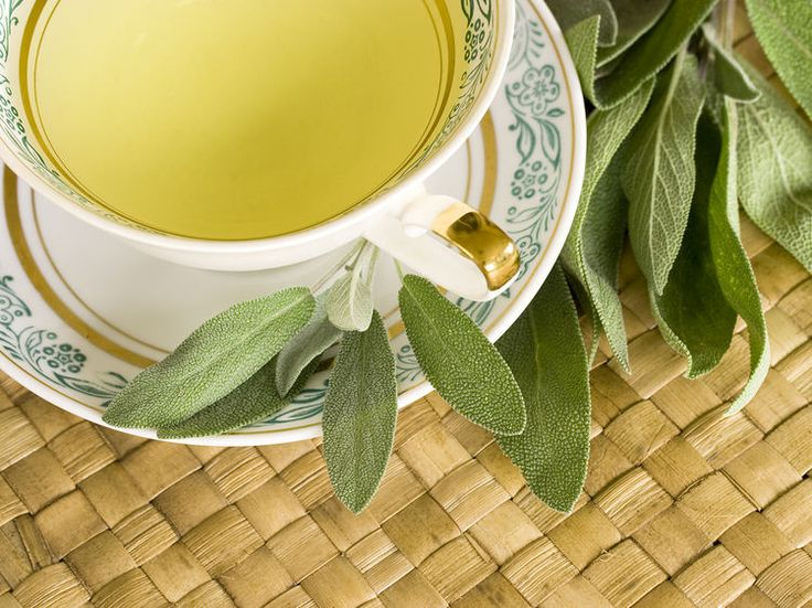 Sous forme de tisane, la sauge permet de soigner de nombreux petits maux du quotidien : maux de gorge, problèmes de digestion, bouffées de chaleur liées...
