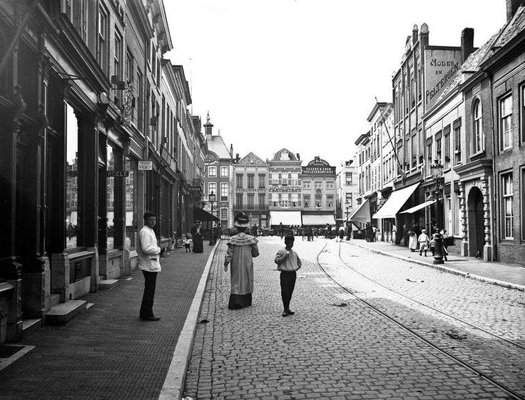 Gezien richting Grote Markt ter hoogte van ingang Evangelisch-Lutherse Kerk. In de straat de rails van de paardentram. Sinds het midden van de tachtiger jaren va nde 19e eeuw tot ca. 1925 hebben paardentrams in het gebied van Breda, Ginneken, Princenhage en Teteringen. De paardentramrails in de stad werden in 1926 opgebroken. Met name autobusdiensten namen het personenvervoer in de stad en omgeving over. Veemarkt na 1950 Veemarktstraat. 1908