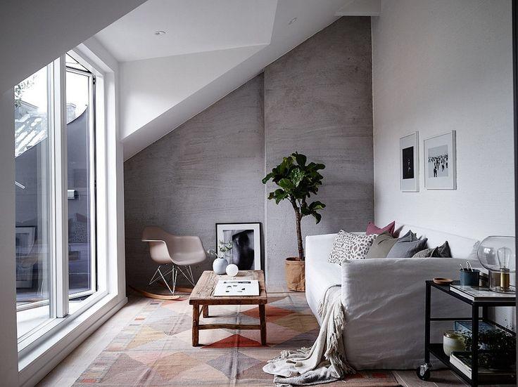 Un petit appartement sous les toits mais qui utilise une part réduite de son espace pour une terrasse tropézienne. Ce qui offre le luxe ...