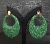Goud vergulde creolen met ovale hanger van groen Roggenleer