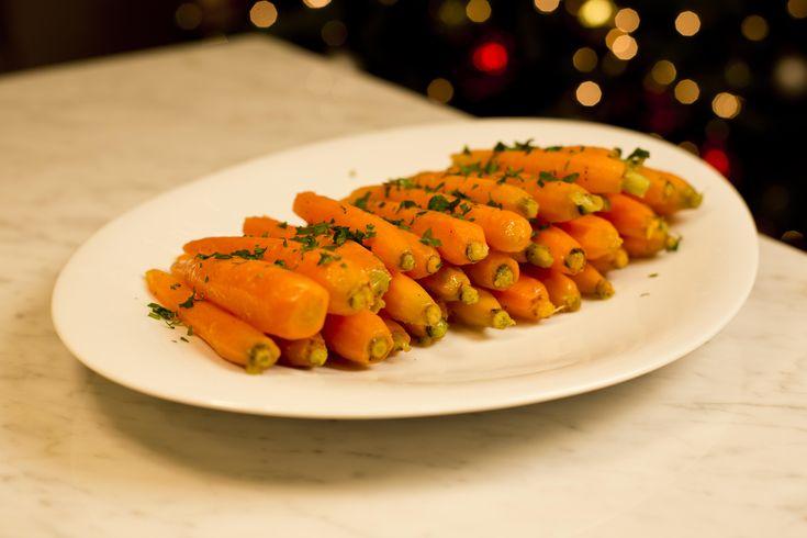 Nada como una buena guarnición para acompañar tus platos fuertes. Estas zanahorias caramelizadas son increíblemente fáciles de hacer y su sabor hace perfecta pareja con el pavo, lomo de cerdo, pollo y filete de res.