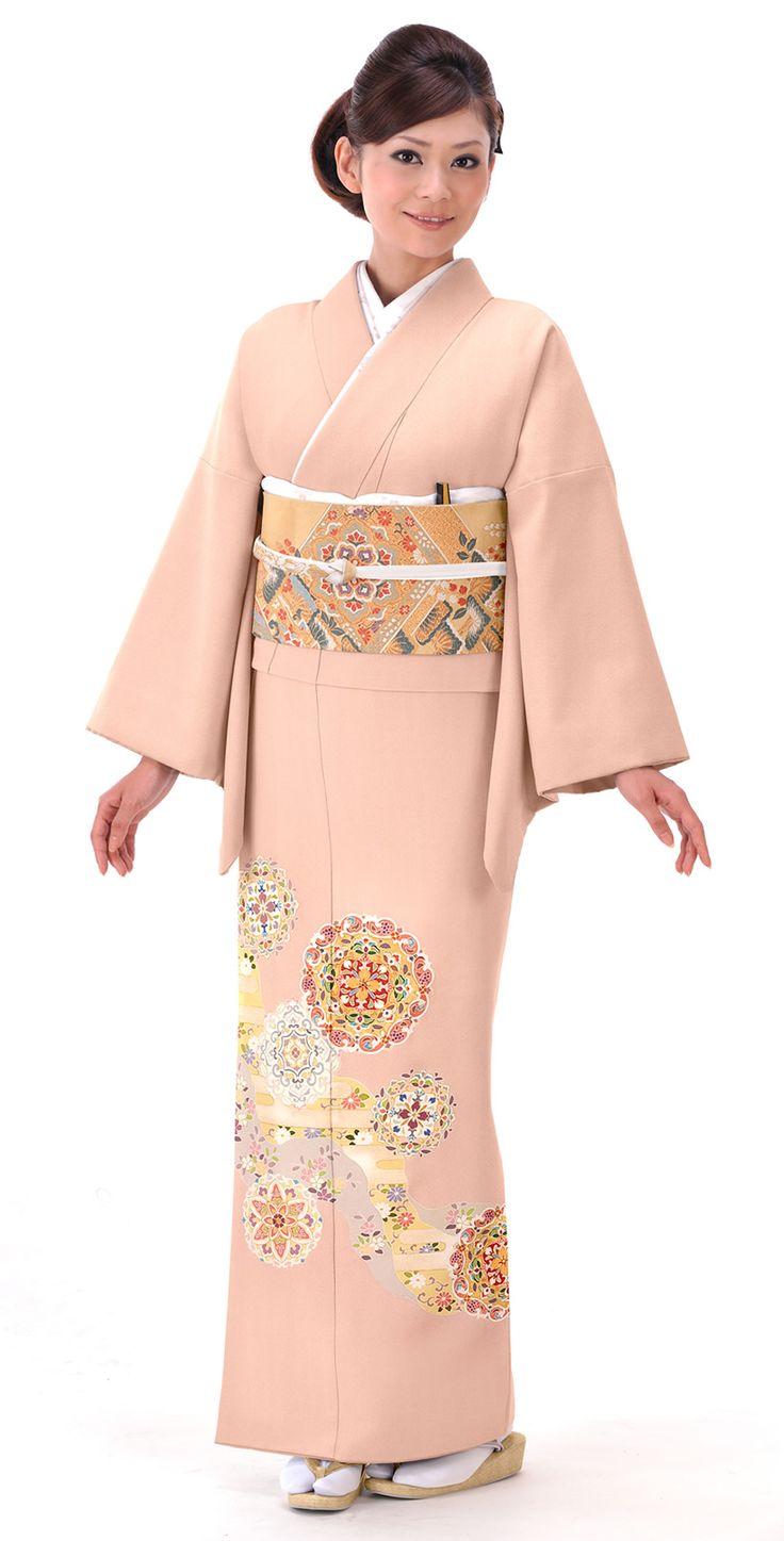 薄いピンクに正倉院華文が素敵な色振袖。結婚式の参考にしたい留袖♡素敵な留袖でウェディング・ブライダルに列席♪