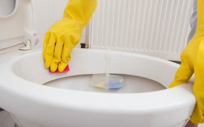 Bactericida, o bicarbonato de sódio também pode ser usado na limpeza diária do vaso sanitário. Mas não substitui desinfetantes próprios na faxina semanal. Foto: Thinkstock