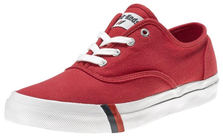 La prima scarpa creata da PRO-Keds nel 1949 fu la Classic Royal, una scarpa da basket in canvas, in versione sia high che low, con due strisce distintive, una blu e una rossa, vicino alla suola. Fu la prima scarpa da basket. Athletes World ripropone in esclusiva per l'Italia questa scarpa in perfetto stile vintage.    Prezzo: 55.00€    SHOP ONLINE: http://www.athletesworld.it/pro-keds-royal-cvo-pro-keds-8895036
