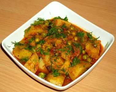 Curry de cartofi si mazare in sos de rosii