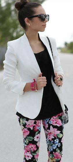 Calça jeans com estampa floral, blazer branco, blusinha básica preta, bolsinha pequena ou bolsa grande, nos pés um sapatinha ou um scarpin.