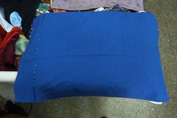 Funda de almohada azul, perfecta para habitaciones alegres.