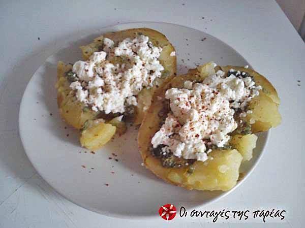 Πατάτες γεμιστές με τυρί φέτα και σάλτσα πέστο