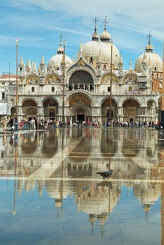 Basílica de San Marcos de Venecia es el principal templo católico de la ciudad de Venecia (Italia) y la obra maestra de la influencia bizantina en el Véneto. Se encuentra justo en el lado opuesto a la Fabbrica Nuova. Su construcción fue iniciada en 832 para guardar el cuerpo de San Marcos, traído desde Alejandría. Más