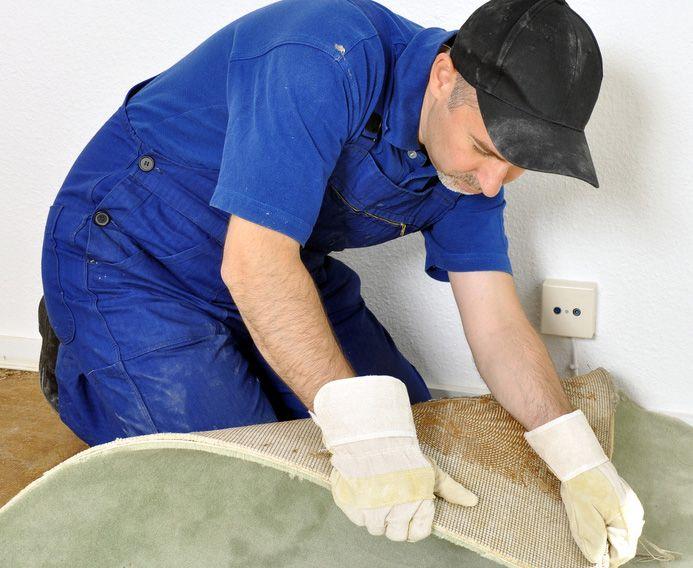 Teppichboden entfernen: Mit diesen Tipps lässt sich selbst stark verklebter Teppichboden lösen. Besonders hilfreich ist ein sogenannter Stripper.