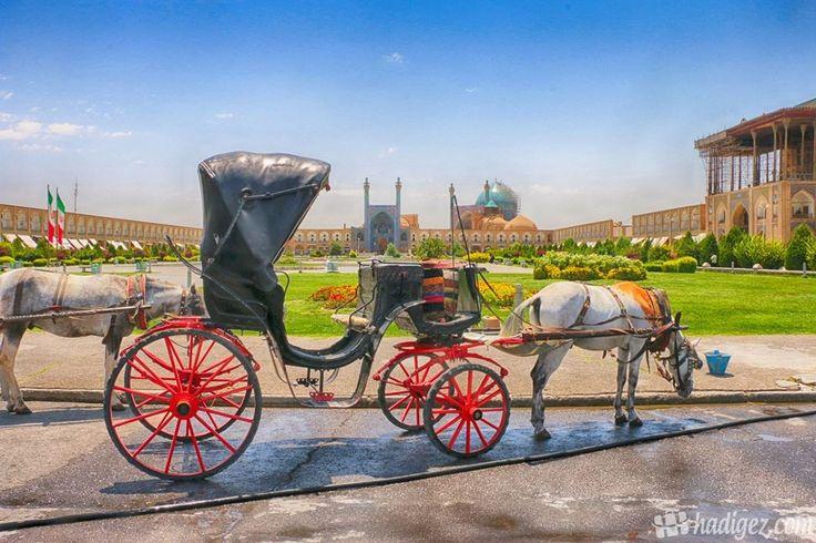Nakş-ı Cihan Meydanı, İsfahan, İran  İmam Meydanı, devrimden önceki adıyla Nakş-ı Cihan dünyanın en büyük meydanları arasında yer alıyor. 1979 yılında UNESCO Dünya Kültür Mirası listesine girmiş. Her yıl yüz binlerce yerli ve yabancı turistin ilgi odağı olan meydan, gece geç saatlere kadar canlılığını korumakta. Safevi Hükümdarı Şah Abbas'ın eseri olan komplekste İmam Cami, Şeyh Lütfullah Cami ve Ali Kapu Sarayı bulunuyor. Ayrıca meydan içerisinde yer alan havuz ise Rıza Şah Pehlevi'nin…