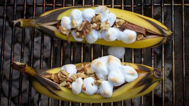 Banane alla griglia ripiene di cioccolato, marshmallow e mandorle: ricetta BBQ http://winedharma.com/it/dharmag/maggio-2014/banane-alla-griglia-ripiene-di-cioccolato-marshmallow-e-mandorle-ricetta-bbq