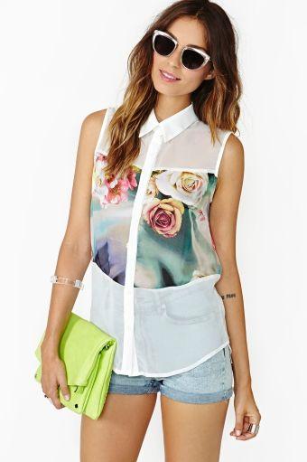Pale Blooms Blouse | Leuk, een witte chiffon blouse met bloemenprint op een strategische plek
