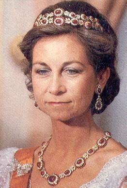 Diadema de Rubies- Casa Real Española.  El millonario griego Stavros Niarchos eligió un magnífico conjunto de oro, rubíes de Birmania cabouchón para regalar en 1962 Doña Sofía el día de su boda.