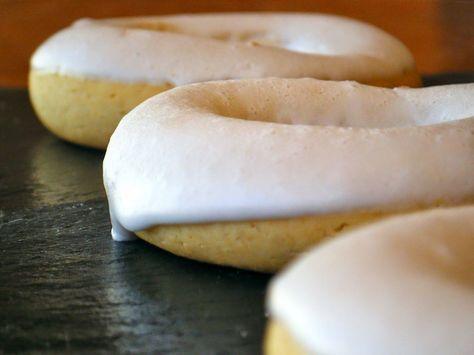 ROSQUILLAS DE SAN BLAS - Se tratan de unas rosquillas tradicionales al horno, coronadas con un glaseado de merengue que las hacen deliciosas y ¡OJO!, según la tradición, hay que bendecirlas antes de comerlas.