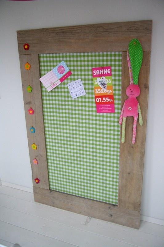 Prikbord groot groen Wil je een bord uit vilt maken kijk eens op http://www.bijviltenzo.nl Ook leuk uit Design vilt