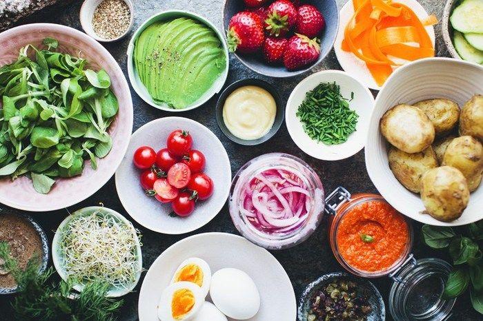 アボカド、トマト、卵、ルッコラ、レッドオニオン…これだけ食材が揃うとどれを乗せるかワクワクしますね♪