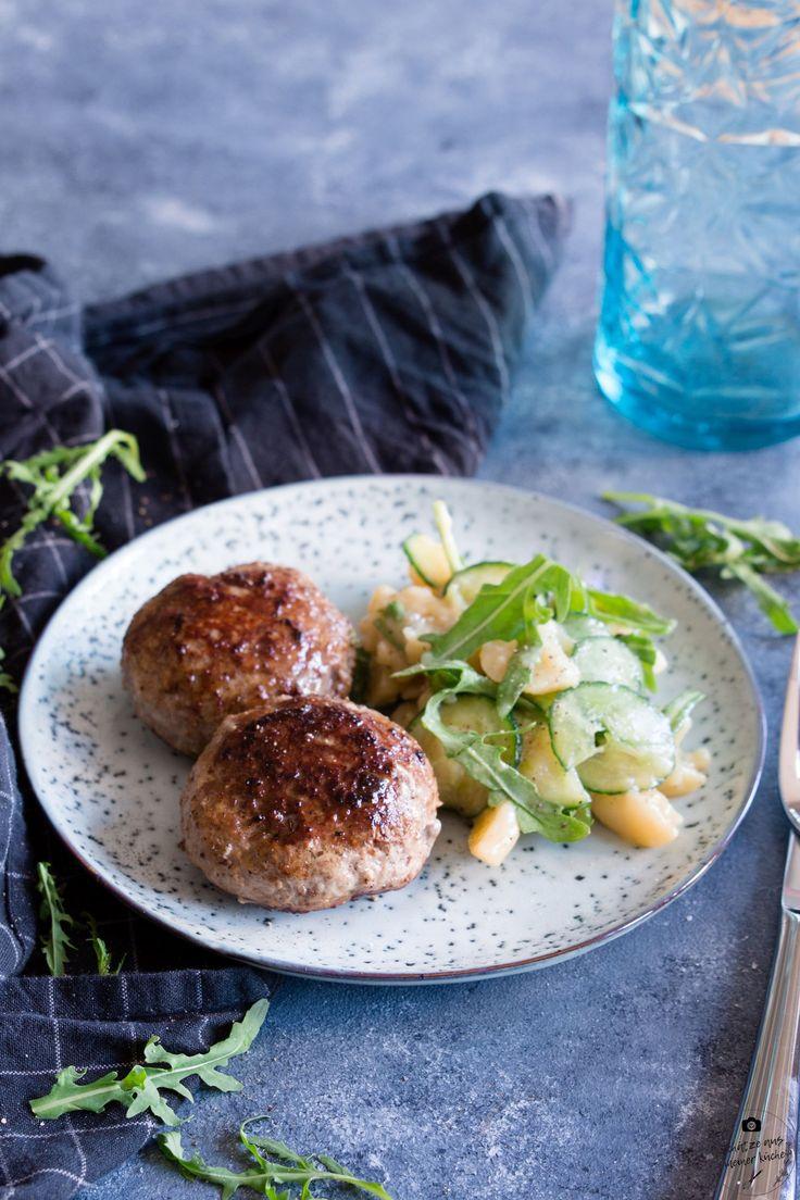 Fleischpflanzerl mit Kartoffel-Rucola-Salat