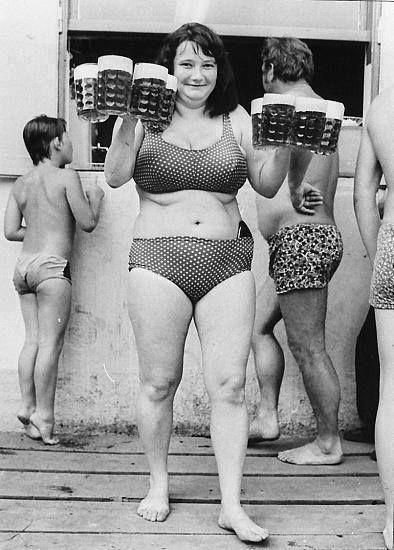 Bývaly časy, kdy ty ženské za něco stály. Osm poctivých českých piv a holka, která v létě hází stín a v zimě umí zahřát, co víc si přát...