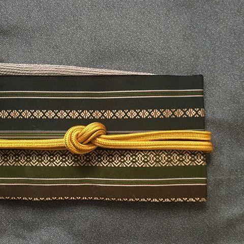 晴れ!暖かいですね。この博多帯の渋い金色は、金糸のように見えますが、屋久杉で染めた糸を使っています。 着物 島津鮫江戸小紋 帯 手織り博多献上帯 #oteshio#kimono #大人きものおしゃれ辞典 #江戸小紋 #立春 #博多献上#屋久杉