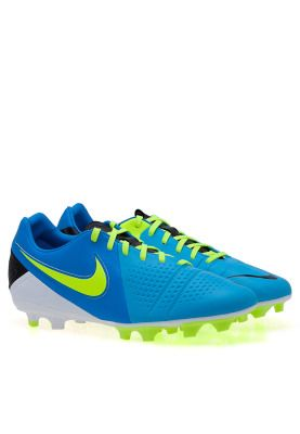Get more control on the ground with the CTR360 Libretto soccer cleats! Step up your game and play like a pro with Nike! Available via www.namshi.com
