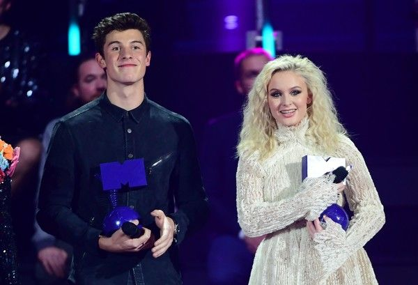 Canadian singer Shawn Mendes (L) and Swedish singer Zara Larsson receive the World Wide Act award at the MTV Europe Music Awards (EMA) on November 6, 2016 at the Ahoy Rotterdam in Rotterdam. / AFP / Emmanuel DUNAND