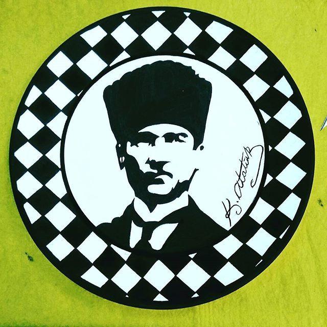 18 Mart Çanakkale Zaferimiz kutlu olsun.  Şehitlerimizin ve gazilerimizin ruhu şad olsun. Anafarlatalar kumandanı Ulu Önder Mustafa Kemal Atatürk ve silah arkadaşlarını minnetle anıyoruz. #tileart #tile #handmade #handpaint #handpainted #ataturk #atatürk #instahome #chess #dama #dish #greatleaderatatürk #mustafakemalatatürk #decorativearts #decoration #homedecor  #blackandwhite #satranç #siyahbeyaz #byneshka #çini #elboyama #karo #çiniboyama #şamdan #plate #çinisanatı #tabak #mustafakemal