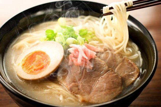 Il ramen è una tipica zuppa di spaghetti, o noodles, della cucina orientale, molto diffusa in Giappone, anche se di origini cinesi. Scopriamo insieme come preparare il ramen in casa e le sue varianti.