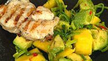 Grillad fisk med mango- och avokadokompott   SVT recept