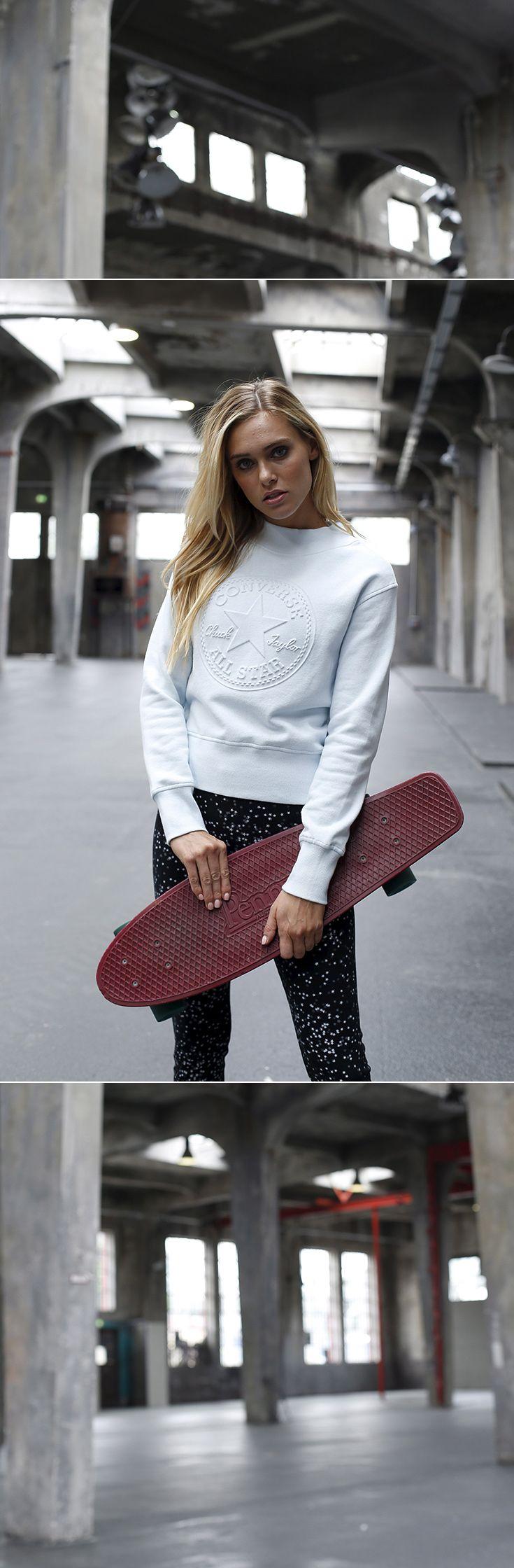 Die Mini-Cruiser zählen zu den Skateboard-Trends des Jahres – dein perfektes Outfit dazu kommt von Converse: Das Sweatshirt mit dem coolen Logo-Prägedruck wirkt mit dem kurzen, lockeren Schnitt extrem feminin, vor allen Dingen in Kombination mit der bequemen Leggins im ultimativen Sternchen-Look