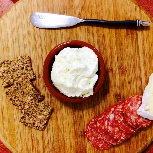 Ingredients 50g raw peeled onion 20g extra virgin olive oil 150g cream cheese 80g Greek natural yoghurt ¼ tsp Himalayan salt