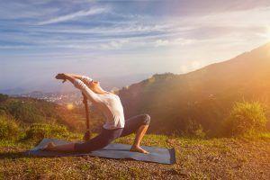"""7 passos para fazer a """"Saudação ao Sol"""" na prática do Yoga."""