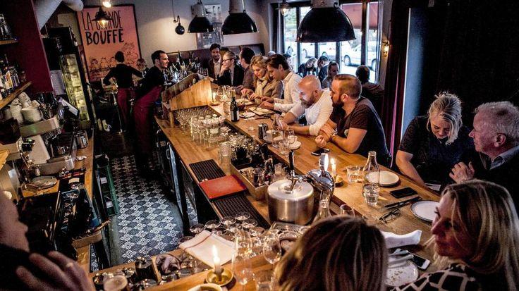 HOLDER KOKEN: Fem år etter starten er Le Benjamin stedet der mesterkokkene går når de skal ut i Oslo, der anmelderne ruller femmere og seksere og unge og gamle trives. Ingen hvite duker, kandelabre eller sølvbestikk, bare pinnestoler, mursteinsrøde vegger, og yrende liv.  Foto: CHRISTIAN ROTH CHRISTENSEN