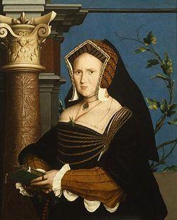 16世紀テューダー朝貴族女性。 GableHood(ゲーブルフード)=女性の髪飾り。切妻型の形をしている。(切妻造(きりづまづくり)とは屋根形状のひとつで屋根の最頂部の棟から地上に向かって二つの傾斜面が本を伏せたような山形の形状をした屋根。 広義には当該屋根形式をもつ建築物のことを指す) 16世紀イングランド。 フレンチフードは丸みを帯びた形状が特徴であるフード。髪形の上に着用され、背面に黒いベールが取り付けらている。着用時オデコは常時見えていた。 ヘンリー8世の2番目の妻であるアン・ブーリンがフランスから持ち帰り、イギリスに導入された(アンは新興富裕階級の純粋なイングランド人だが、フランスで教育を受けフランス宮廷に仕えていた)。 アンの死後、フレンチフードは後妻ジェーン・シーモアによって拒否・廃止されGableHoodへと変遷を遂げたが、ジェーンの死後、再びフレンチフードに戻った。Gable hood - Wikipedia