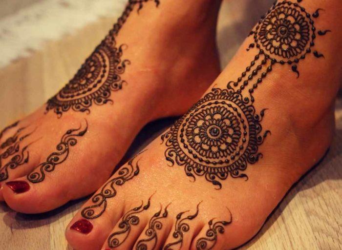 Le henné pied est une décoration festive, religieuse et traditionnelle dans plusieurs pays orientaux mais à nos jours chaque fille peut l'essayer.