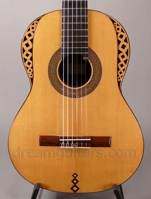 "Guitarra clásica de concierto ""tatuada""."