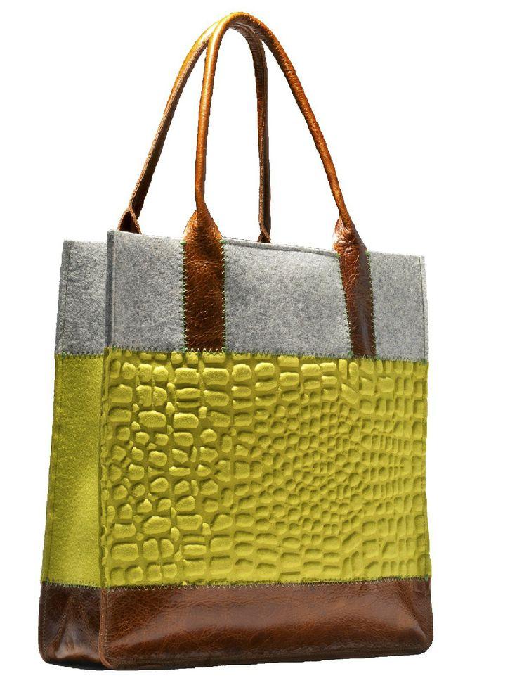 Vilten tote bag - Handtas in bruin, groen en grijs is gemaakt van vilt en leer. Deze tas heeft aan de voorkant als de achterkant een crocoprint in vilt. De handvatten zijn van leer. De binnenkant van de tas heeft enkele opbergvakjes.