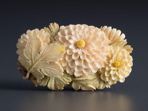 【五】本象牙彫刻彩色菊花帯留_画像1