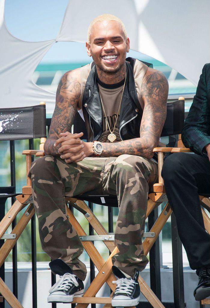 Chris Brown avec ses Converse chuck taylor et son treillis militaire.