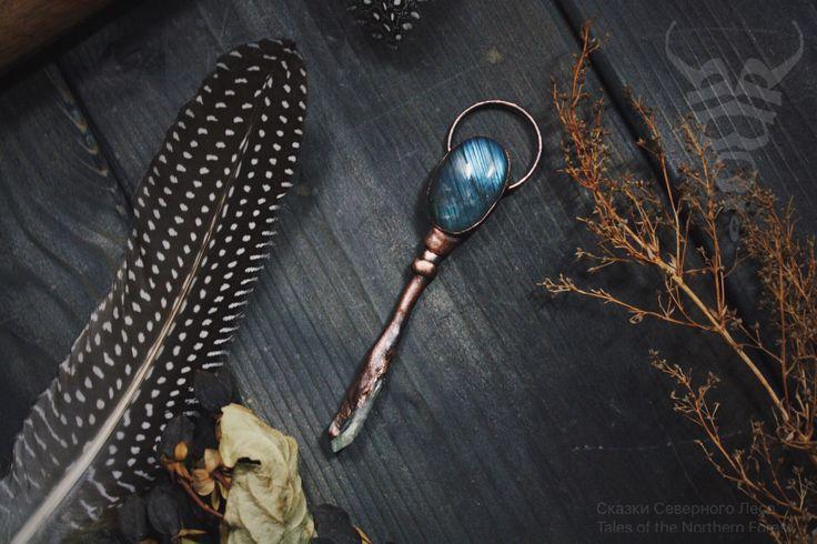 Кулон-ключ с кабошоном лабрадора и кристаллом кварца. Длина кулона 10см. Длина цепочки 61см.