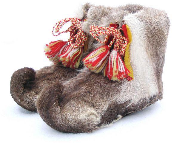 Tradisjonelle samiske skaller. Traditional fur shoes of the Lapps. They have been prepared reindeer leg skin. by saamiblog, via Flickr