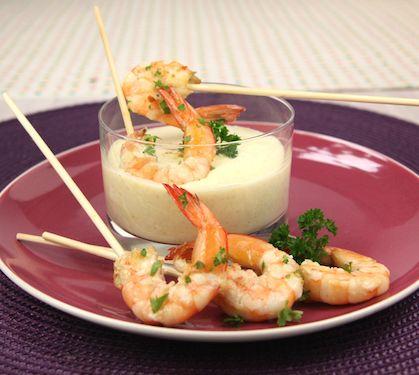 Sucettes de gambas et sauce curry-coco au yaourt La Laitière - Envie de bien manger. Plus de recettes de fruits de mer sur www.enviedebienmanger.fr