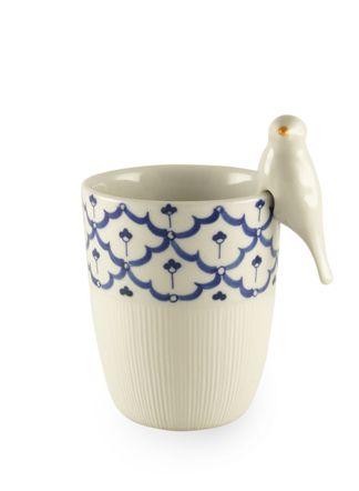 Een klein vogeltje om een kopje, kommetje of vaas te versieren. Een vrolijk kunstwerkje. Het vogeltje wordt gemaakt door het Thaise San Arung dat ook het traditioneel beschilderde servies maakt (het kopje).
