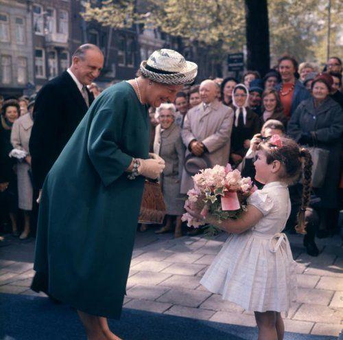 Koningin Juliana krijgt bij aankomst in een stad bloemen aangeboden door het dochtertje van de adjunct-directeur van Artis dierentuin, n.a.v. het 125-jarig bestaan van Artis, Amsterdam, Nederland 2 mei 1963.