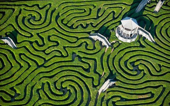 ロングリート:イングランドのウィルトシャーに存在するカントリー・ハウス。著明な造園家であるケイパビリティ・ブラウンによって設計されたの庭園