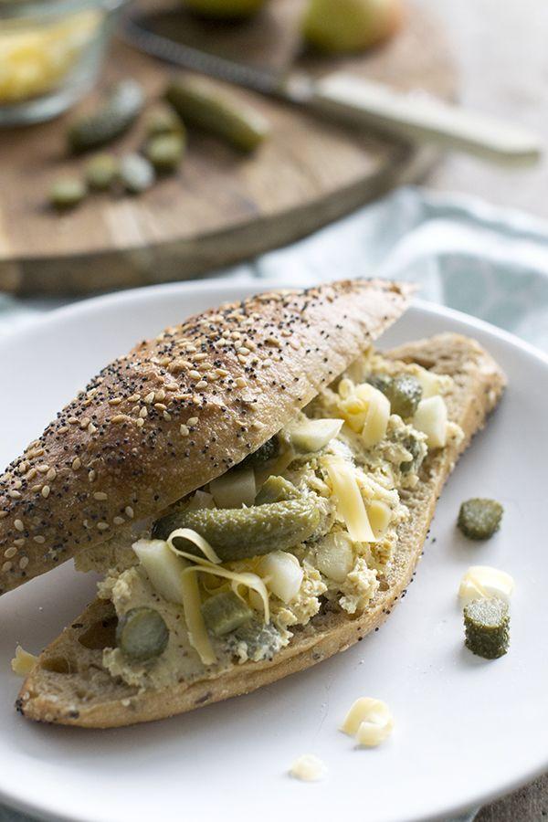 Met dit recept maak je een lekkere oude kaassalade. Met pittige mosterd en frisse blokjes appel en augurk. Smeer het op een broodje of toastje.