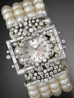 Licitaţia Bonhams din Londra, 16.12.2015, lot 114. Ceas IWC de damă datat cca. 1970 din aur alb 18K / 750 ornat cu perle şi diamante. Pe cadran stema sultanatului Oman (centură / pumnal / două săbii încrucişate). Vândut cu 12.500 GBP.