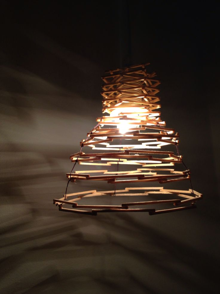 Lampskärm av tändstickor, lim och sytråd
