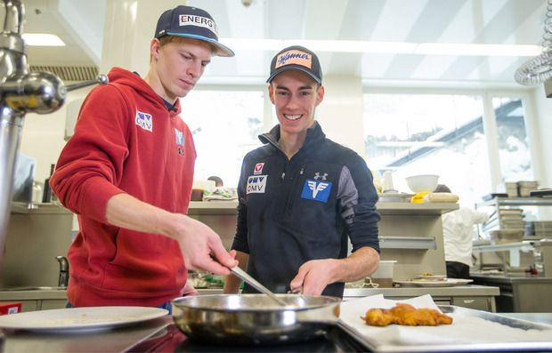 Zimmerkollegen und gute Freunde: Michael Hayböck und Stefan Kraft tischen in dieser Saison groß auf.
