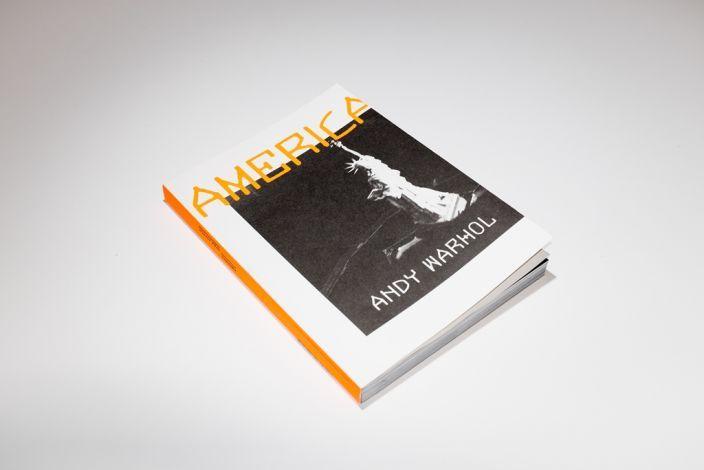 """Энди Уорхол «Америка»  """"Америка"""" - выборка из поразительных кадров, отснятых за 10 лет, - задумана как подобие всей страны с ее странной красотой и ошеломляющей противоречивостью   #books #makaronka #makaronka_books #bookshop #admarginem #warhol #america"""